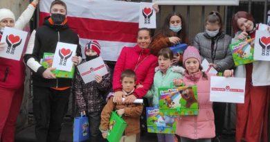 """Warszawscy Białorusini, uczestnicy społecznego projektu """"Białoruś - Kobiety Nie Płaczą!"""" wręczyli prezenty dzieciom uchodźców i imigrantów z Białorusi"""