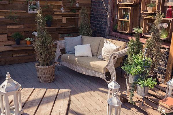 Jak urządzić balkon w domu lub w bloku? Inspiracje na przytulny balkon z wikliną